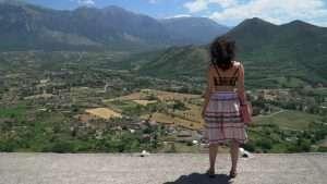 foto de una mujer mirando un paisaje