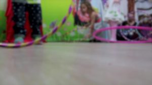 niños jugando al hullahop simbólico tu hijo