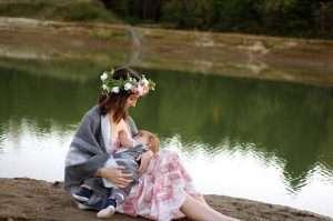 mujer dando el pecho a su lactancia