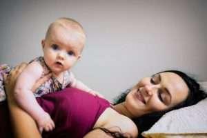 madre feliz con bebé para hablar de posparto derechos laborales de los padres