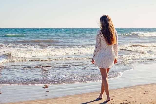 mujer en la playa verano piernas pelo sol mar