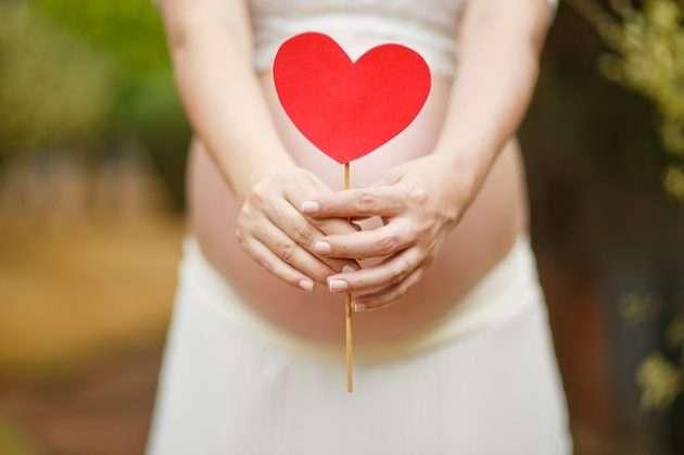 embarazada con un corazon