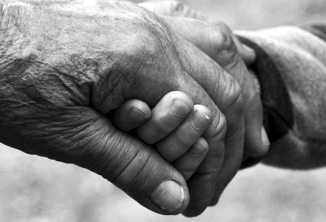 manos entrelazadas abuelos mayores solidaridad