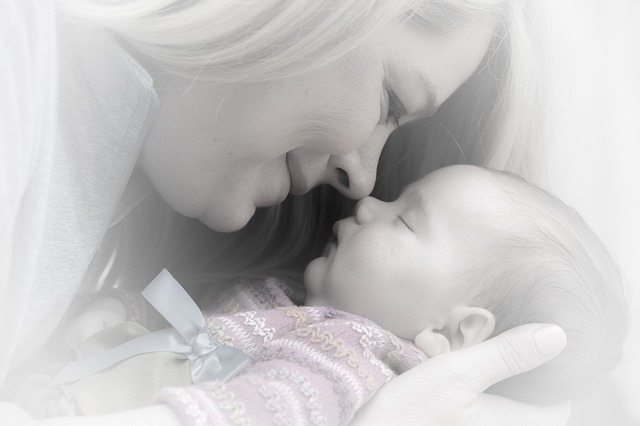 madre con recién nacido posparto