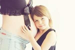 tripa de una embarazada con una niña para hablar del segundo parto
