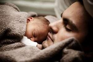 padre duerme con bebé colecho paternidad