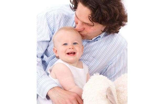 padre con un bebé crianza