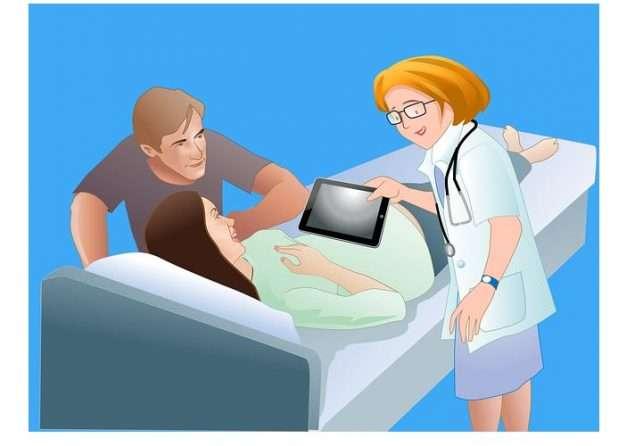 enfermera mostrando en un tablet ecografia a sus madres embarazo futuro bebe