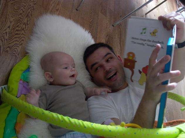 padre con bebé cuentos