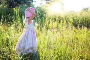 niña en el campo felicidad