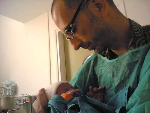 padre paternidad recién nacido cesarea acompañada parto