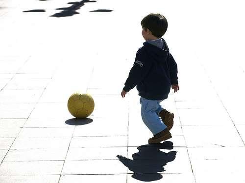 niño jugar pelota prevenir que se pierdan