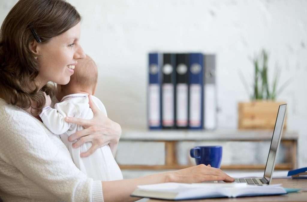 mujer en ordenador con bebé