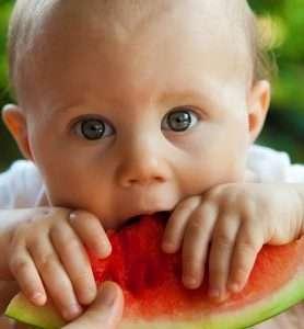 bebé comiendo una sandía fruta comida alimentos sanos
