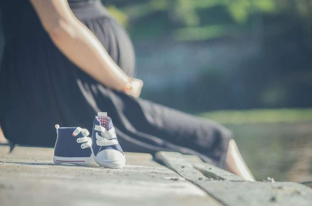mujer embarazada zapatitos bebé embarazo