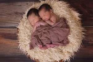 bebes gemelos prematuros juntos en la misma cuna