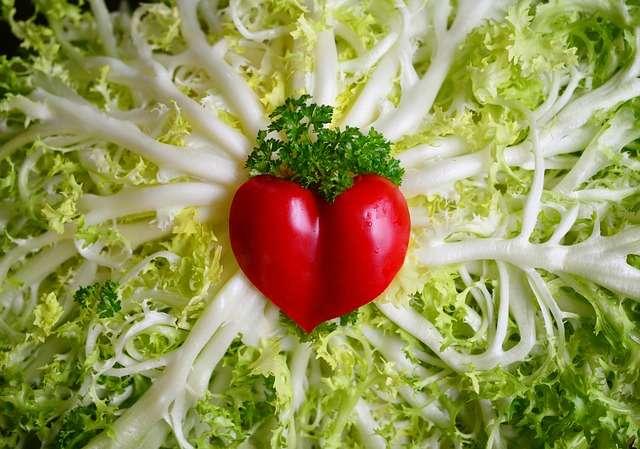 corazón de tomate en una ensalada alimentos sanos comida