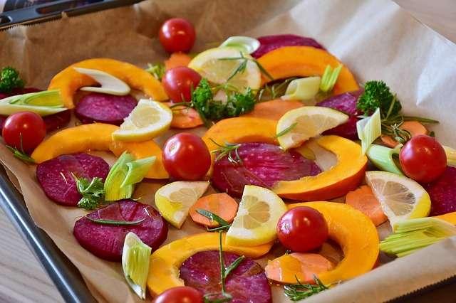 plato con embutido y fruta comida sana