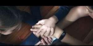 familias, manos en gesto de solidaridad