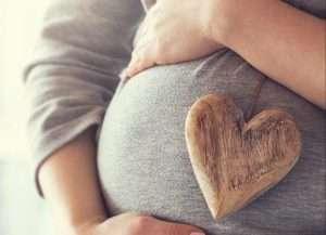tripa de embarazada con un corazón para hablar de regalos embarazada