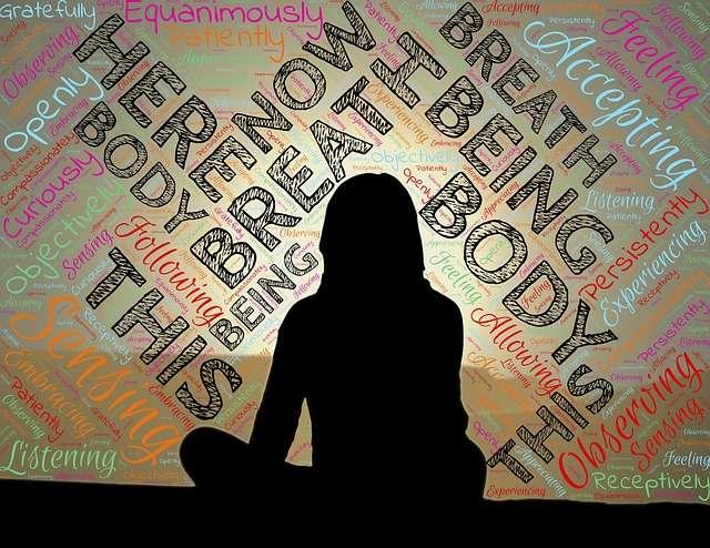 mujer meditando relajada para reducir estres