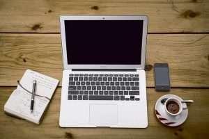 ordenador, libreta y cafe movil