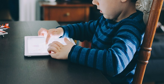 niño con pantalla tablet