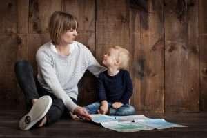 madre con niño hablando confianza mirarse apego jugar familia hablar