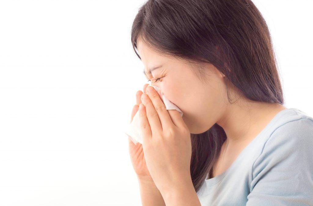 chica tosiendo gripe resfriado
