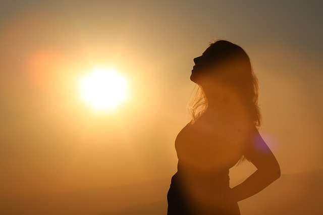 embarazada junto a una puesta de sol, segundo trimestre del embarazo, cuidados