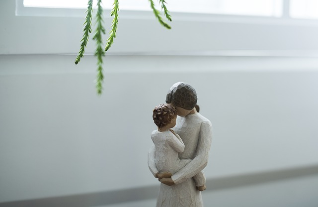 estatua con madre y bebé abrazados