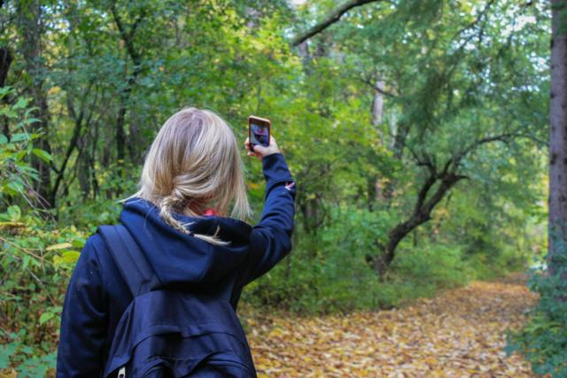 niña haciéndose un selfie internet redes sociales movil