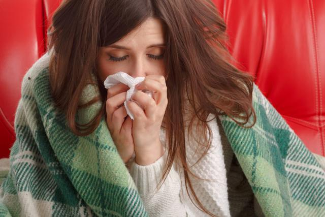 mujer muy resfriada frío gripe