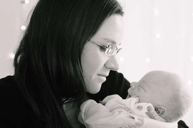 madre mira a bebé, foto en blanco y negro, depresión posparto