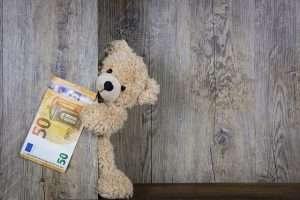 peluche con billetes dinero ayudas ahorro