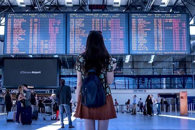 mujer aeropuerto avion viajar enfermo en el extranjero