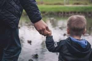 padre con un hijo de la mano paternidad