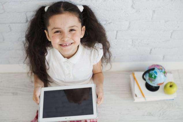 niña con tablet internet