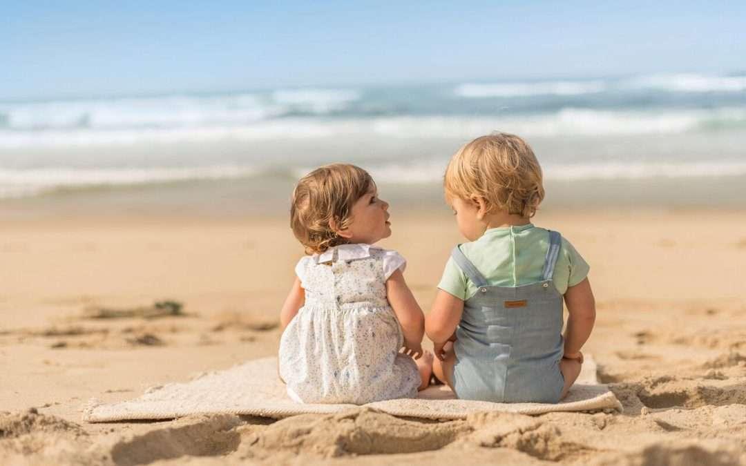 dos bebés mirando el mar, para hablar de moda primavera 2018 bebé, crédito LARANJINHA