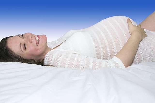 embarazada tumbada feliz