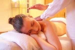 mujer recibiendo un masaje relajacion relax