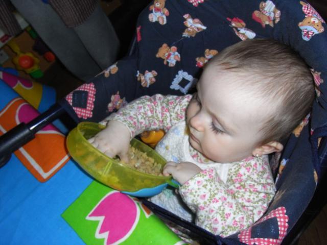 bebe comiendo alimentacion complementaria en trona para hablar de baby led weaning