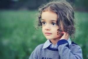 niña rascándose el pelo niña pensando