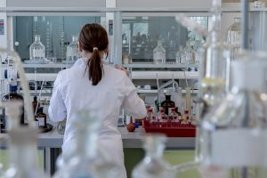 mujer en laboratorio salud