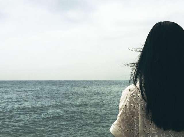 mujer en la playa mar