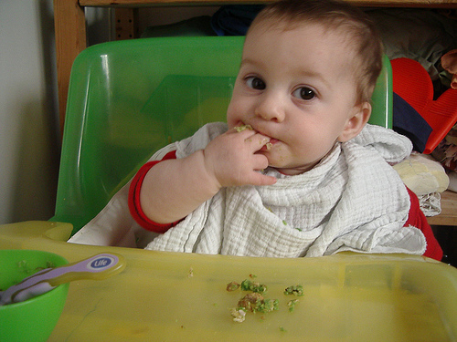 alimentacion complementaria, trona bebe comiendo