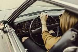mujer volante coche conducir