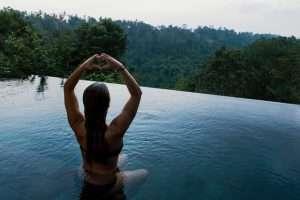 mujer agua ejercicio lago piscina relajacion tranquilidad