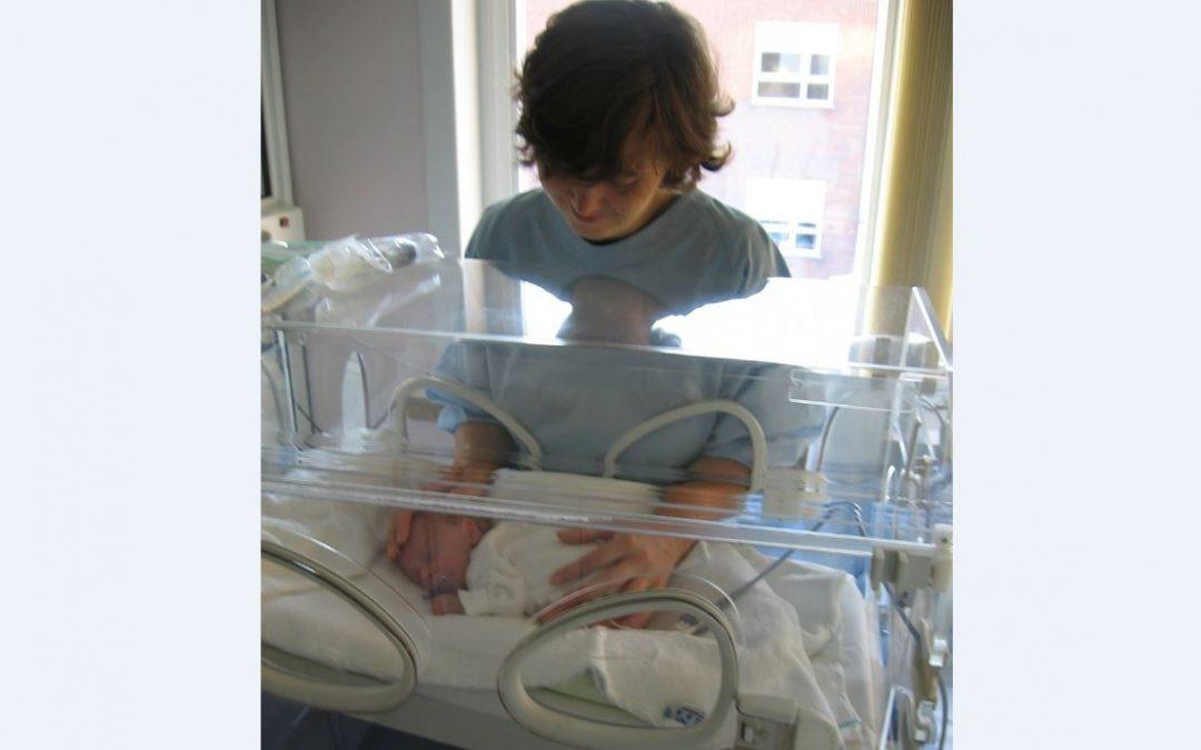 bebe prematuro en incubadora