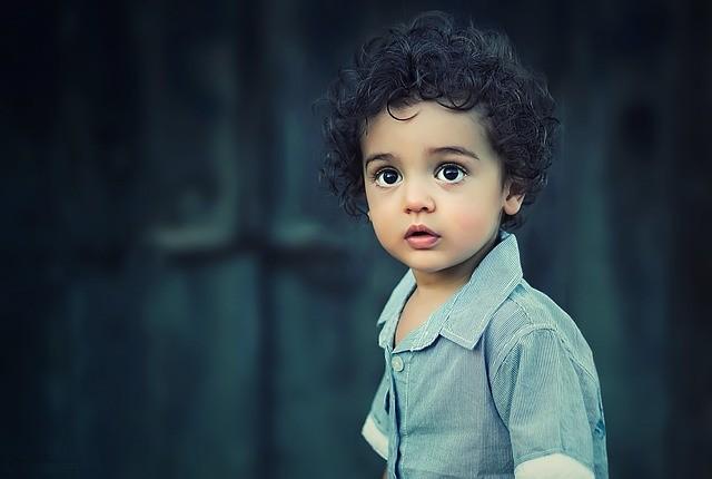 infancia inocencia niño con los ojos muy abiertos niños sorpresa